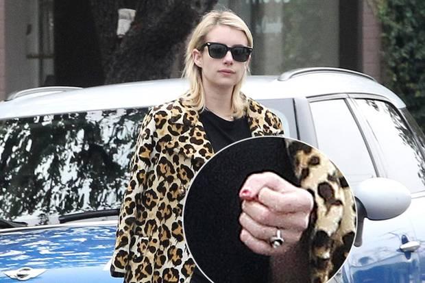Beim Shoppen in Beverly Hills zeigt sich Emma mit dem funkelnden, neuen Ring am Finger.