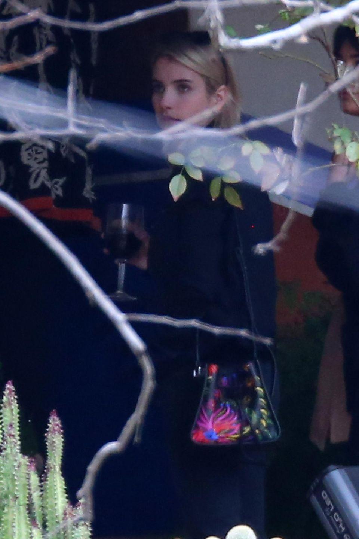 """Emma Roberts steht mit Billie Lourd für die Serie """"Scream Queens"""" vor der Kamera und unterstützt ihre Freundin auch in dieser schweren Zeit."""