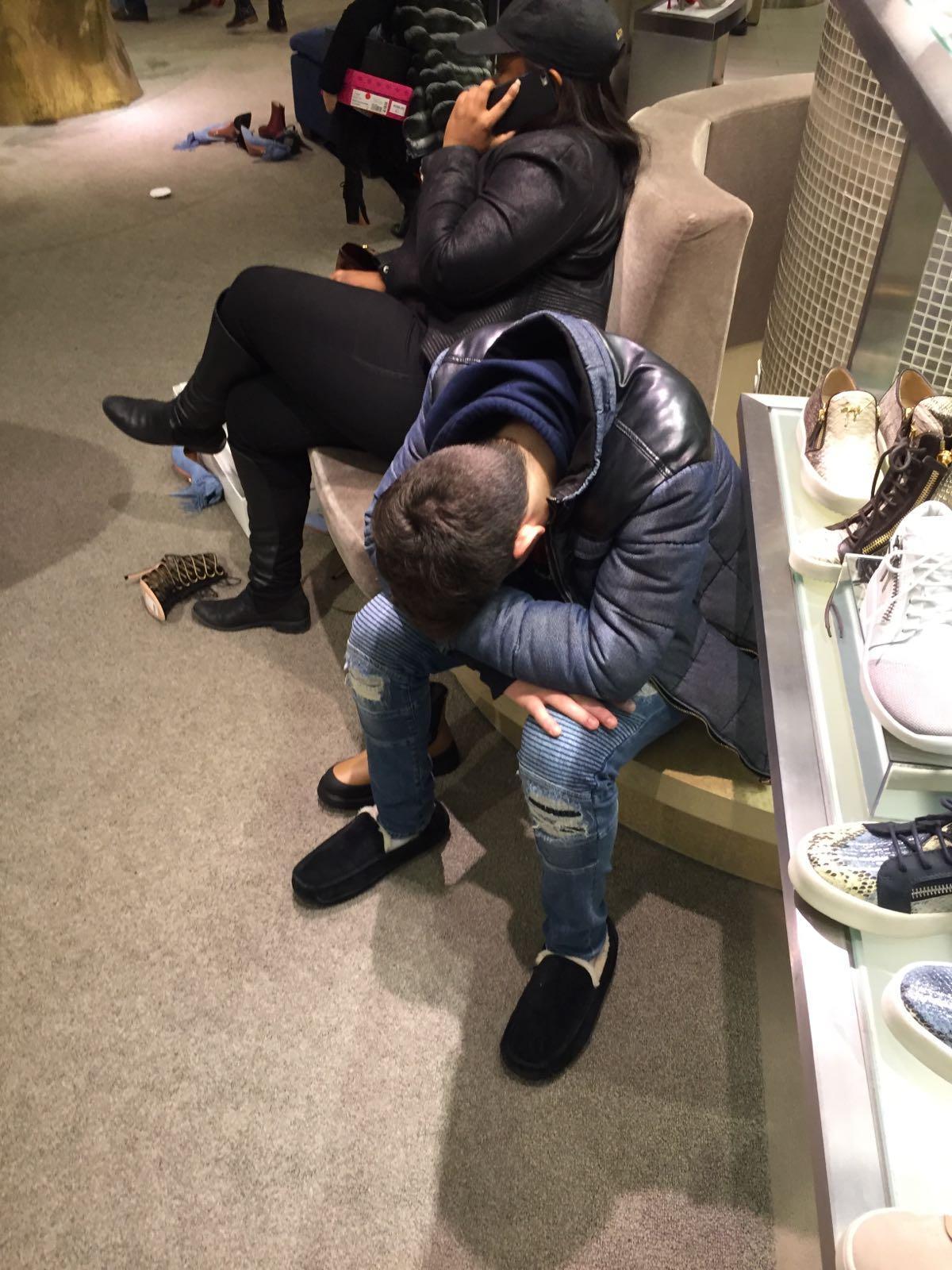 Ende, aus: Dieser junge Mann hat offensichtlich schon einiges an Einkaufsirrsinn erlebt. Mitten im Luxuskaufhaus Saks hält er ein kleines Nickerchen ab.