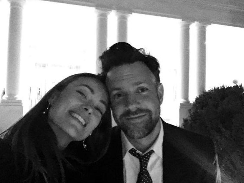 """Olivia Wilde postet ein Schwarz-Weiß-Selfie mit ihrem Liebsten Jason Sudeikis. """"Nach einer unglaublichen Nacht, in der wir nach acht unglaubliche Jahre gefeiert haben, sind wir um vier Uhr morgens aus dem Weißen Haus gestolpert"""", schreibt die Schauspielerin dazu."""
