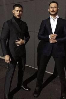 """""""Direkt vom Flugzeug zum Weißen Haus"""", schreibt Sänger Nick Jonas zu dem Bild, das ihn (l.) im schicken Anzug zeigt."""