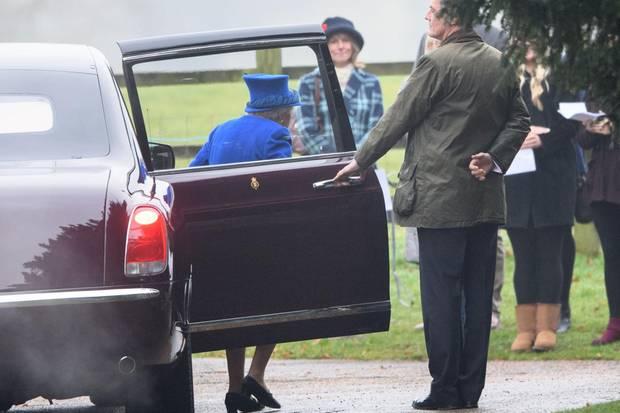 Die Queen ist da! Vor der Kirche wartet man schon auf die Königin, die per Bentley vorgefahren kommt.