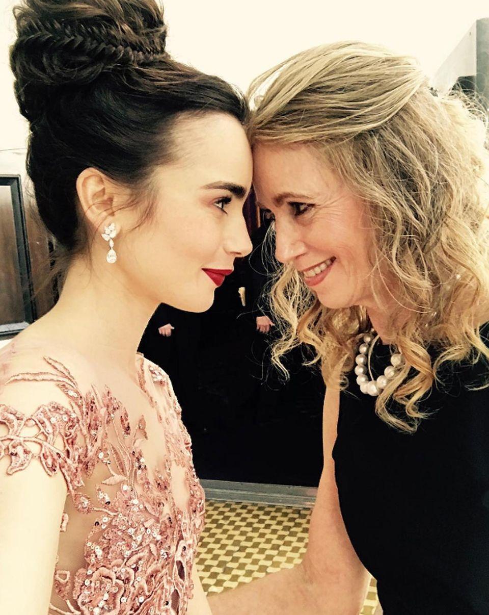 Zum Schluss sieht die Tochter von Phil Collins wie ein echter Hollywoodstar aus. Das findet wohl auch ihre Mutter Jill Tavelman, die Lily zur Preisverleihung begleitet.