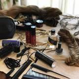 Sarah Jessica Parker zeigt zwar nicht, wie sie aussieht, bevor Haare- und Make-up-Spezialisten ihr Werk getan haben. Sie teilt allerdings ein Foto von allen Materialien, die dazugehören.