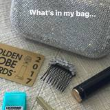 Sie gibt auch einen Einblick in ihre Handtasche. Ein Lippenstift zum Nachschminken darf natürlich nicht fehlen.