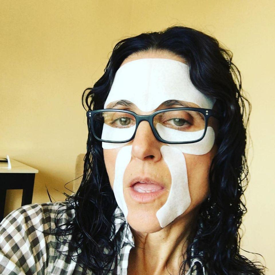 """""""Kurz davor, auf den roten Teppich zu gehen und ich fühle ich selbstsicher."""" Julia Louis-Dreyfus postet witzige Schnappschüsse ihrer Make-up-Session vor der Preisverleihung."""