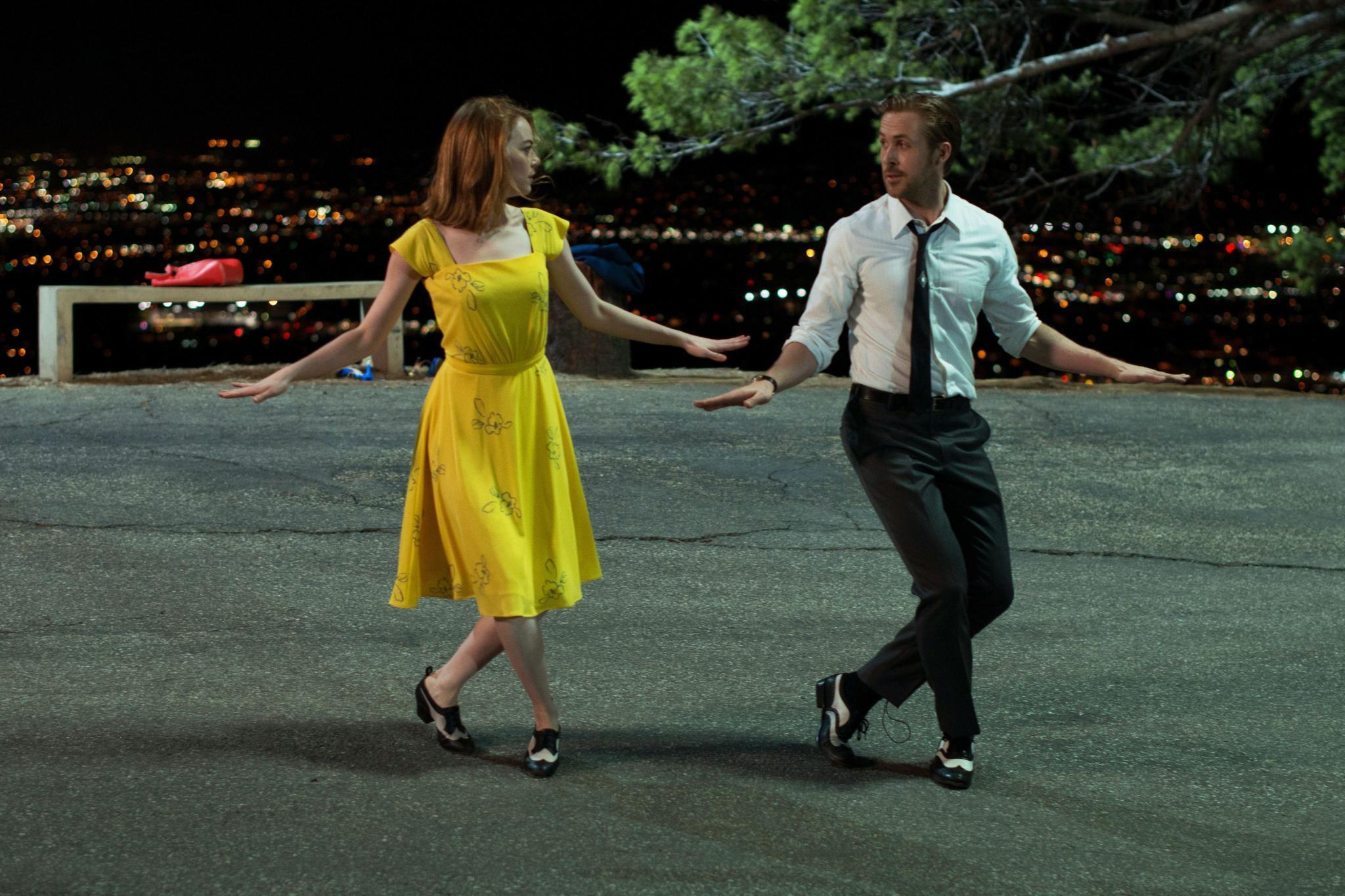 """Emma Stone und Ryan Gosling tanzen im Musical """"La La Land""""."""