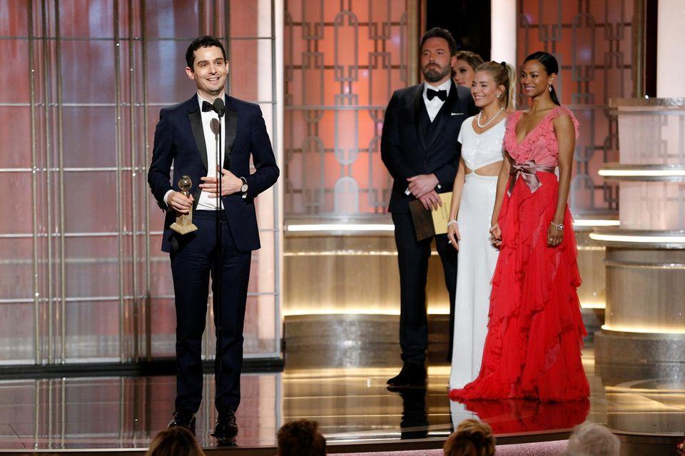 """Ben Affleck, Sienna Miller und Zoe Saldana lauschen gespannt der Dankesrede von """"La La Land""""-Regisseur Damien Chazelle."""