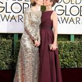 Was läuft denn hier? Sarah Paulson und ihre beste Freundin Amanda Peet küssen sich auf dem roten Teppich und bieten den Fotografen ein spannendes Fotomotiv.