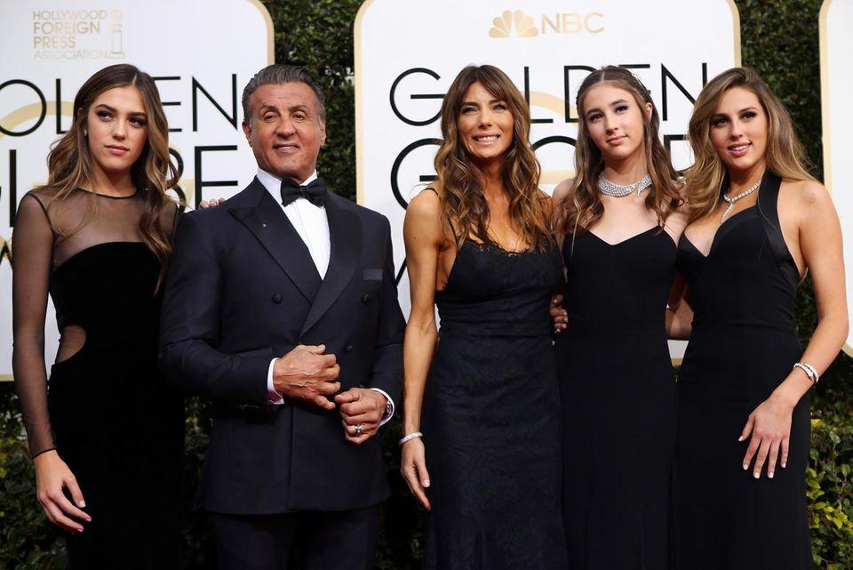 Stolzer Hahn im Korb: Sylvester Stallone ist von seiner hübschen Frau und Töchtern umgeben.