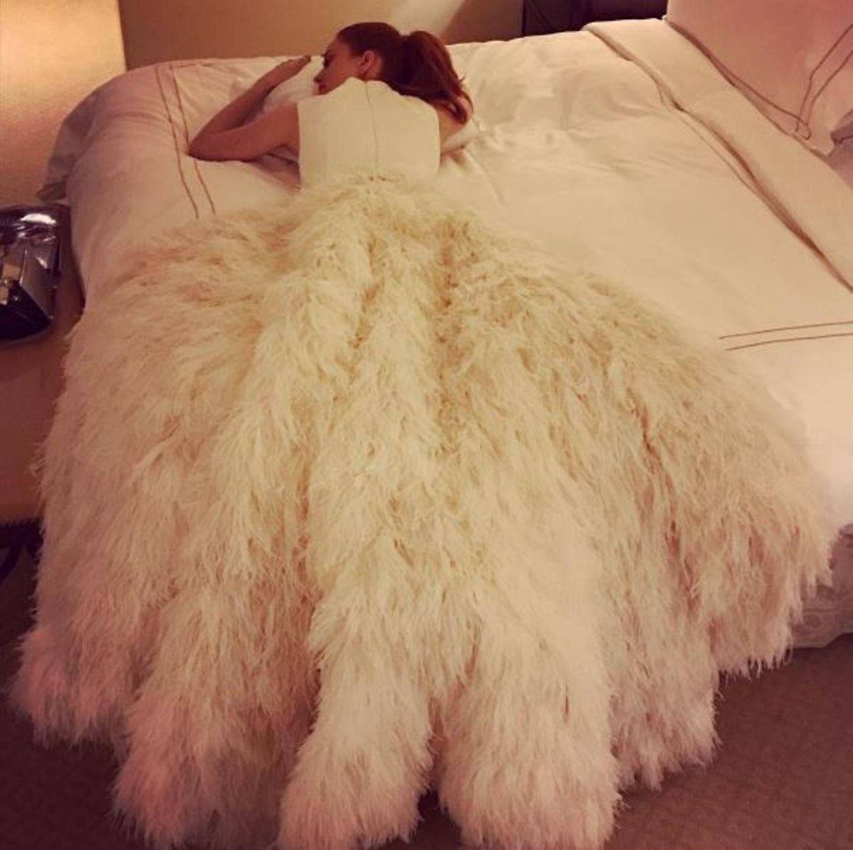 """Barbara Meier schafft es vor Müdigkeit nicht mehr, ihre Robe abzulegen: """"Auch der schönste Tag geht einmal zu Ende und dann ist man froh, wenn man einfach ins Bett fallen kann."""""""