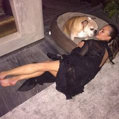 Zu Hause angekommen schmust Chrissy Teigen - noch im Partyfummel - erst mal eine Runde mit ihrem Hund.