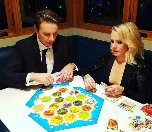 """Statt sich auf einer After-Party die Nacht um die Ohren zu schlagen, spielen Kristen Bell und Dax Shepard lieber zusammen das Brettspiel """"Die Siedler von Catan""""."""