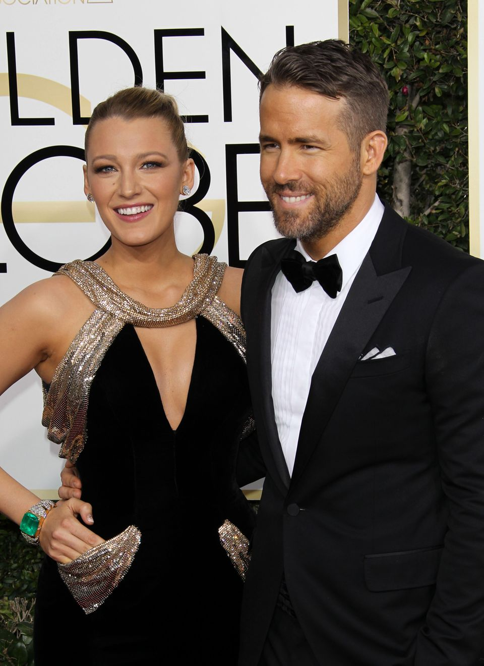 Bei den Golden Globes ließ Ryan Reynolds alle andern blass aussehen! Der Ehemann von Blake Lively scheint es mit dem Sprayteint nämlich ein wenig übetrieben zu haben. Im Netz kassierte der Schauspieler dafür jetzt den ein oder anderen gemeinen Kommentar.