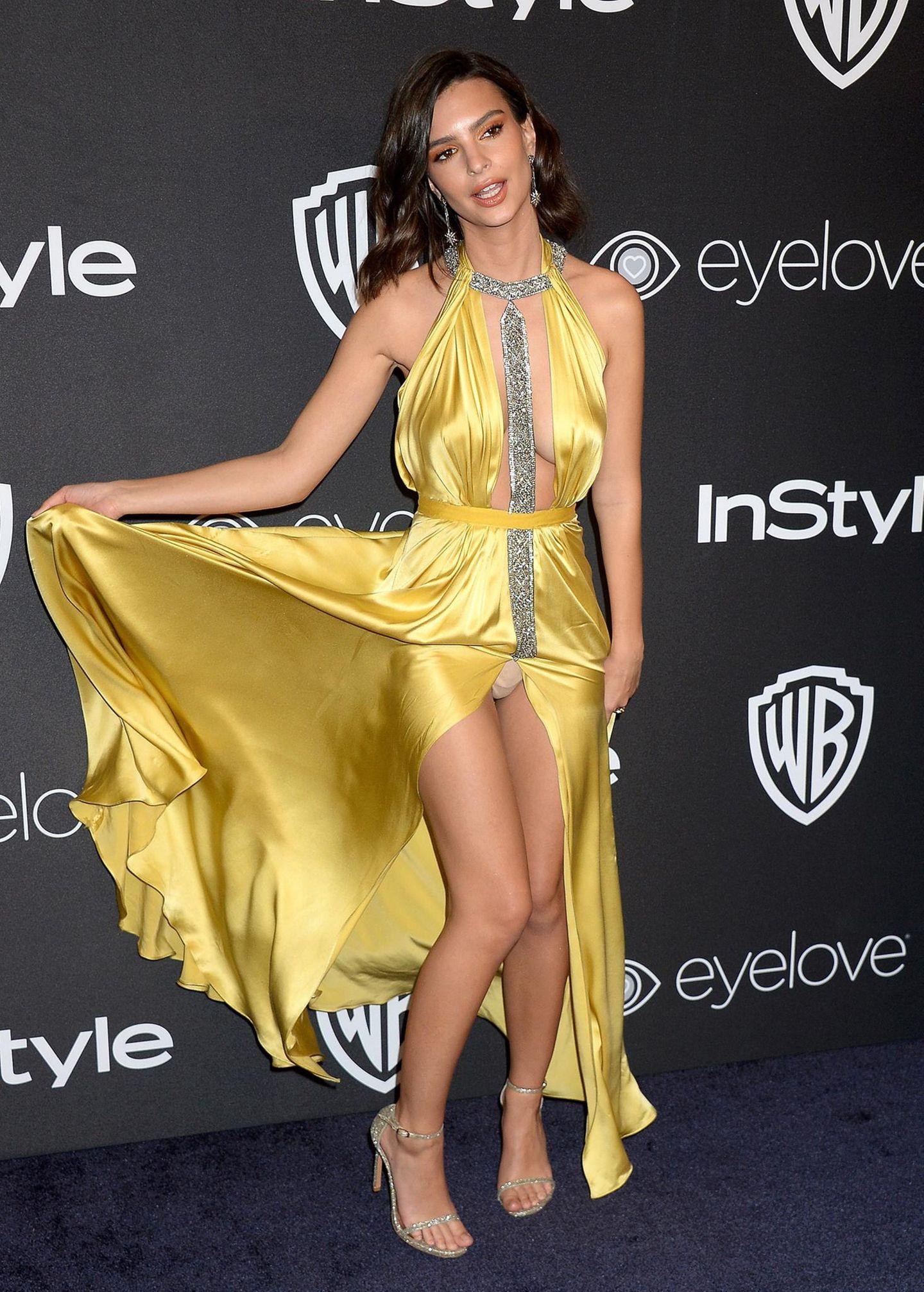 Und bei der Instyle und Warner Bros After Party passiert es dann: Beim richten des Kleides gibt das Model unfreiwillige Einblicke und ihr hautfarbener Slip kommt zum Vorschein.