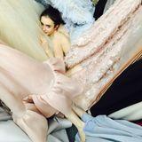 Ein wahrgewordener Mädchentraum: Lily Collins badet in einem Meer aus schönen Ballkleidern