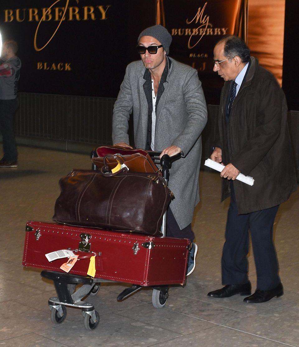Jede Menge Gepäck im Schlepptau: Jude Law am Flughafen in London bei seiner Rückkehr aus Los Angeles.