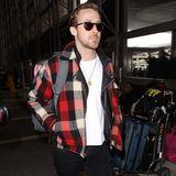 Der Abräumer bei den Golden Globes, Ryan Gosling, verlässt Los Angeles in einem lässigen Look, Karojacke, weißes Shirt, schwarze Jeans und Sonnenbrille.