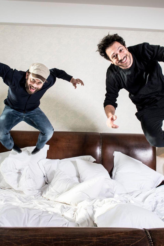 Beim GALA-Shooting so lustig wie in ihrer neuen Serie: Christian Ulmen und Fahri Yardim