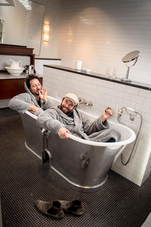 Selbst in der Badewanne setzte Christian Ulmen seine geliebte Mütze nicht ab. Fahri Yardim findet diese Kopfbedeckung uncool und hofft, dass sein Kumpel das selbst auch irgendwann merkt ...