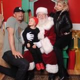25. Dezember 2016   Santa Baby: Axl und seine Eltern haben eine Audienz bei Weihnachtsmann, während der kleine Mann lächelnd auf dem Schoß sitzt, scheint Papa Josh wohl nicht artig gewesen zu sein.