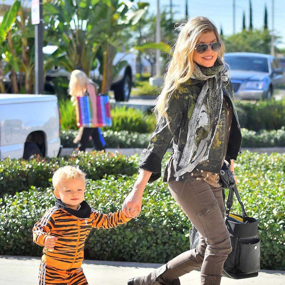 24. Januar 2015: Fergie ist mit ihrem Sohn Axl auf dem Weg zu einer Geburtstagsfeier.
