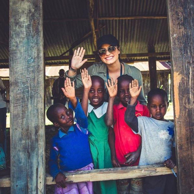 """Im Auftrag von """"WE Movement - We Help Mamas Make a Living"""" verbreitet Popstar Demi Lovato gute Laune in Kenia."""