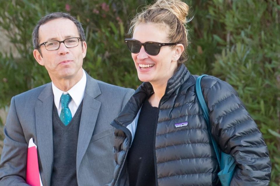 Julia Roberts und Richard Lovett arbeiten seit Jahren zusammen. Das Treffen mit ihrem Agenten zaubert der Schauspielerin ein Lächeln ins Gesicht.
