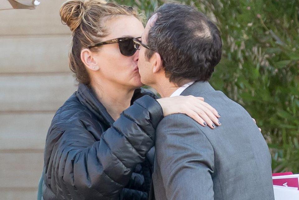 Dieses Foto wirft Fragen auf: Julia Roberts küsst einen Mann, der nicht ihr Ehemann Danny Moder ist.