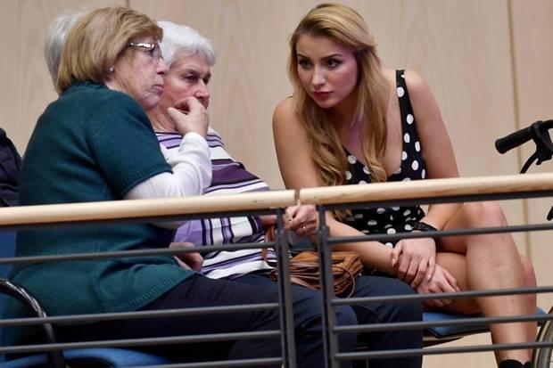 Anna-Carina Woitschak unterhält sich im Publikum angeregt mit Stephanie Mross, der Mutter ihres neuen Freundes Stefan Mross. Die beiden Frauen scheinen sich auf Anhieb gut zu verstehen.
