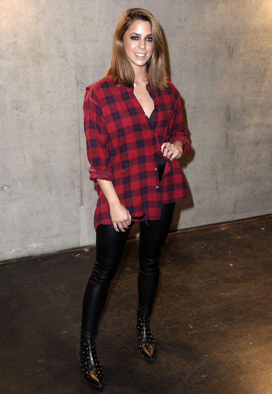 Vanessa Mai startet mit einem sichtlich entspannten Stil ins Jahr 2017. Karohemd im Oversized-Format, Jeans und Nietenboots stehen der Sängerin toll.