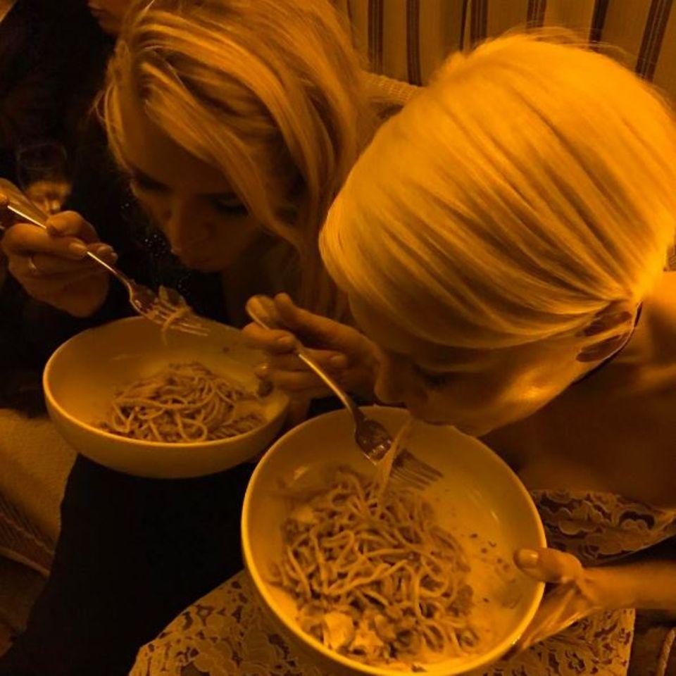 Schauspielerkolleginnen Busy Philipps und Michelle Williams stärken sich mit einer gepflegten Runde Nudeln schlürfen.