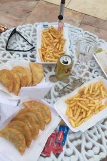 Jamie Masur, Ehemann von Alessandra Ambrosio, zeigt uns das brasilianische Mittagessen der Familie: Frittiertes, soweit das Auge reicht.