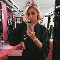Star-Bloggerin Caro Daur beim Fitting im Showroom von Dolce & Gabbana.