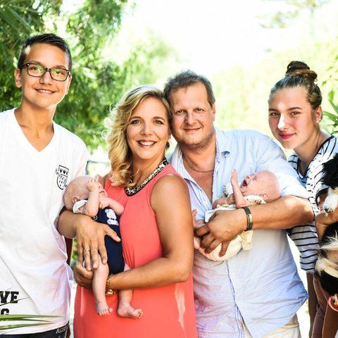 Daniela Karabas mit Diego, Jens Büchner mit Jenna sowie die Kinder aus Ex-Beziehungen Volkan (l.), Joelina-Shirin und Jada