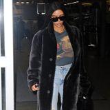 Es ist das erste von drei Pelz-Outfits, die Kim Kardashian an diesem Tag trägt: Bei ihrer Ankunft am New Yorker Flughafen trägt sie zu ihrem schwarzen Fellmantel ein Sinead O'connor Shirt und zerrissene Jeans.