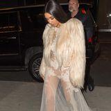 """Am Set des Filmes """"Ocean's Eight"""" trägt Kim einen weiteren Pelzmantel über ihrem fast durchsichtigen Abendkleid. Details zur Geschichte des Films, der im Sommer 2018 erst in die Kinos kommen soll, sind bisher nicht bekannt, es soll jedoch eine Met Gala Szene geben, in der Kim Kardashian und ihre jüngere Schwester Kendall Jenner wahrscheinlich zu sehen sein werden."""