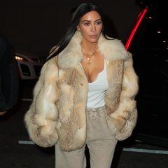 Leger trifft Luxus und dieser Look entsteht: Für ein Lunch-Date mit Naomi Campbell trägt Kim Kardashian eine helle Felljacke zu ihren beigen Sweatpants und Schnürheels.