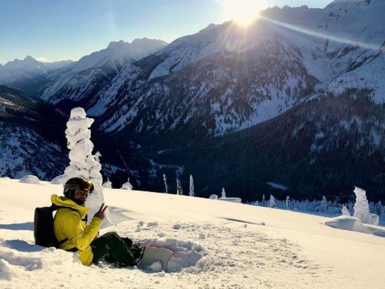 Ja, unser F1-Flitzer Lewis Hamilton ist auch auf dem Snowboard flink unterwegs. Er legt aber auch gerne einen Boxenstopp ein, um die atemberaubende Aussicht zu genießen.