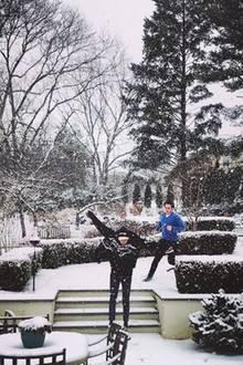 Da freut sich aber jemand über Schnee: Model Bella Hadid zeigt uns ein Foto von ihrem vor Freude hüpfenden Bruder Anwar.