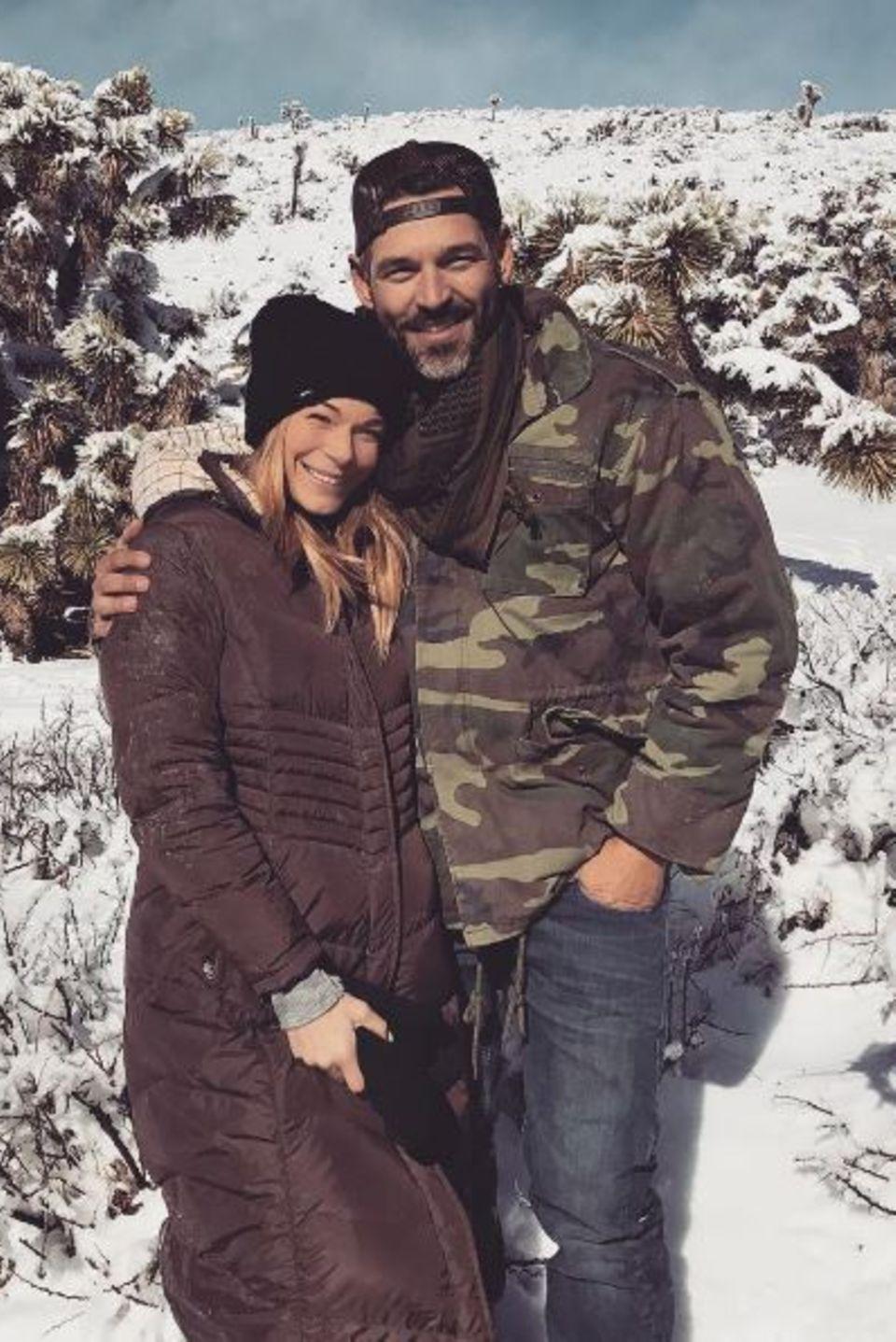 """""""Snow Bunnies"""" - postet LeAnn Rimes zu dem Foto von ihr und Eddie Cibrian. Das Paar genießt den freien schneeweißen Neujahrstag."""