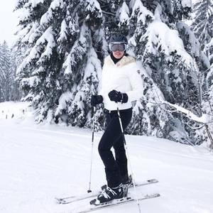 Kaum zu glauben, Ana Ivanovic steht das erste Mal auf Skiern und sie liebt es. Stolz postet sie diese tolle Foto.