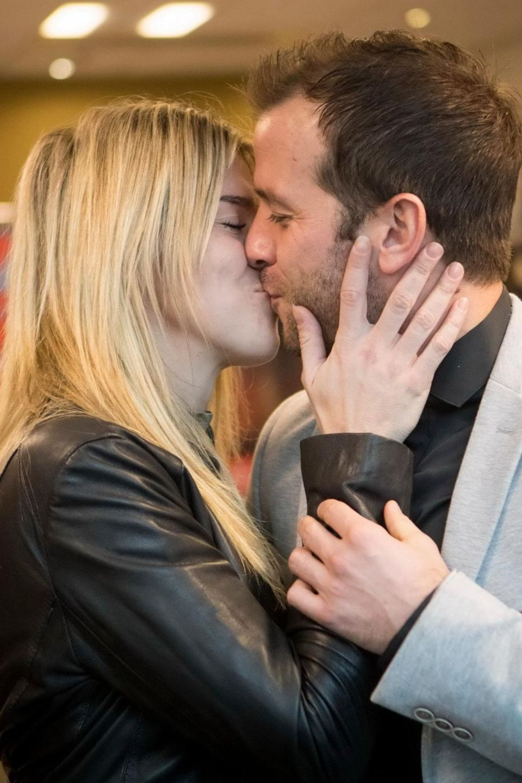 Ein Kuss für die zukünftige Mama: Rafael van der Vaart knutscht seine Estavana Polman.