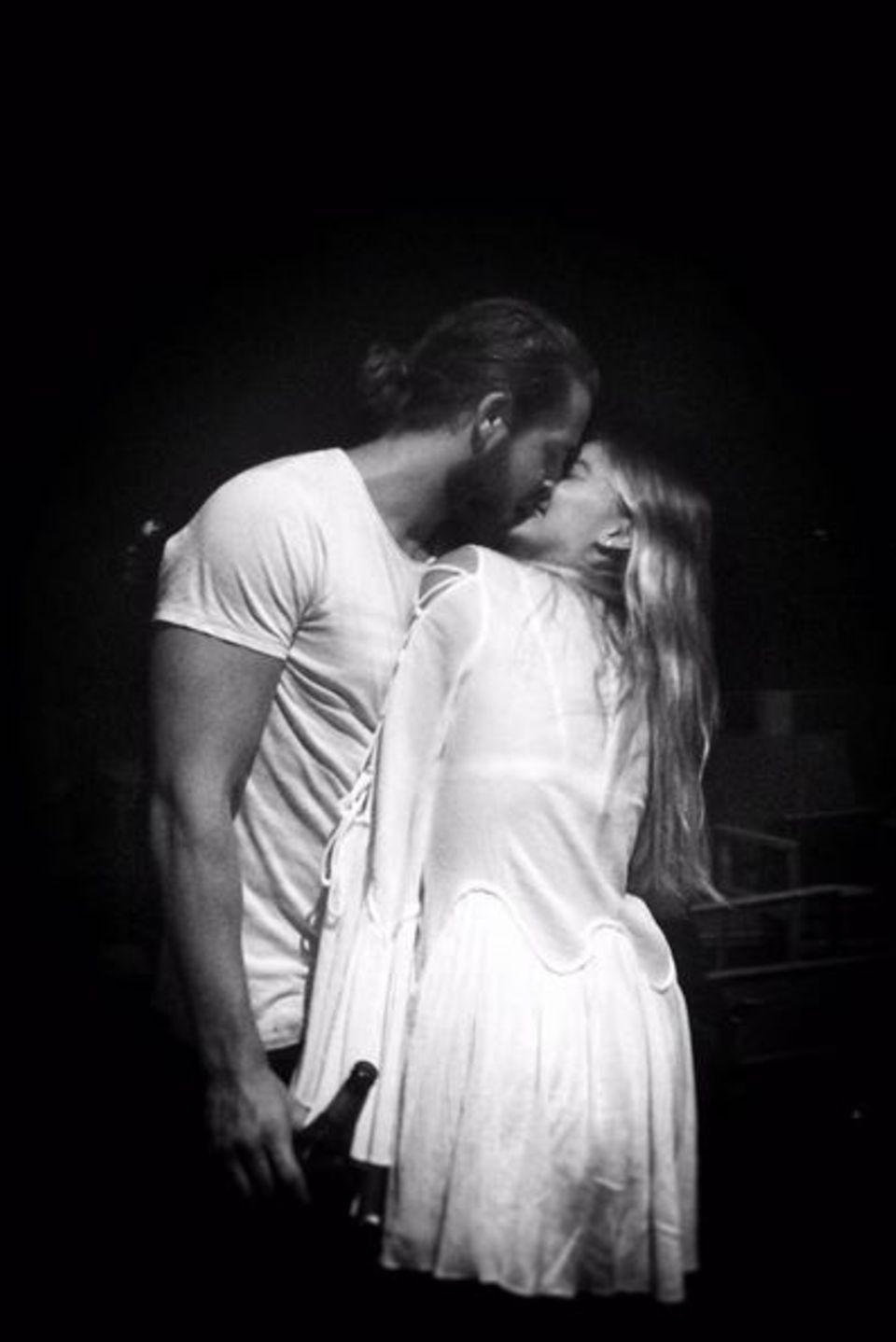 Eine wie keine, schreibt Ehemann Tom Ackerley zu diesem innigen Kussbild mit seiner Frau Margot Robbie.