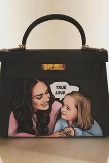 """Er schenkt seiner Frau eine schwarze """"Kelly"""" Bag von Hermès - das allein ist ein Weihnachtsgeschenk, über das sich wohl jede Frau freut. Aber Jay Rutland setzt noch einen drauf und lässt sie mit einem Bild der beiden personalisieren."""