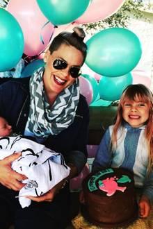Mit Baby Jameson im Arm hat Popstar Pink die Tage viel zu feiern: Tochter Willow freut sich grinsend über ihre Geburtstagstorte.
