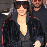 Mit überdimensionaler Brille und unechtem Lippenpiercing zieht Kim Kardashian am Flughafen in Los Angeles alle Blicke auf sich.