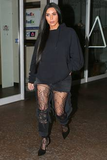 Was soll das denn sein? Kim Kardashian präsentiert sich in einem schwarzen Hoodie und einer schön gemusterten Strumpfhose. Der restliche Stofffetzen soll eine Hose darstellen.