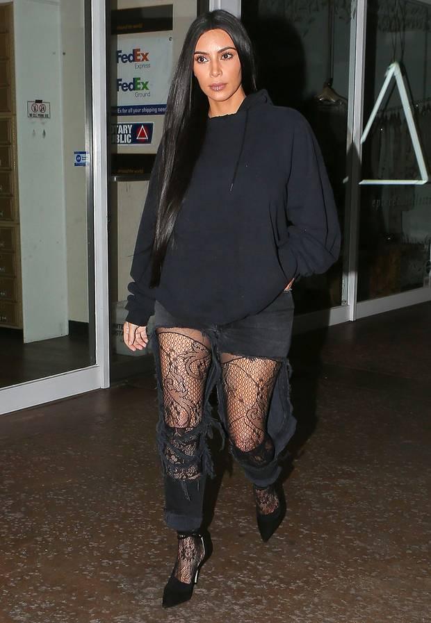 fashion looks fotos der kleider von kim kardashian s 2. Black Bedroom Furniture Sets. Home Design Ideas