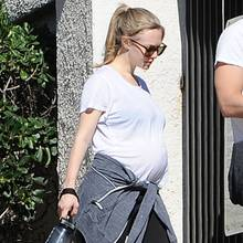 Schauspielerin Amanda Seyfried verkündete erst im November ihre Schwangerschaft. Jetzt zeigt die 31-Jährige stolz ihr Babybäuchlein: Zusammen mit ihrem Hund Finn und ihrem Verlobten Thomas Sadoski spaziert sie durch Los Angeles.